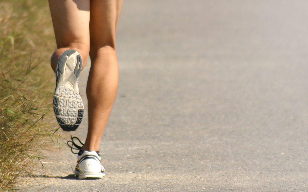 ランニングをする女性の足