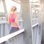 橋の上をランニングする女性