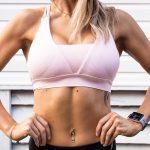 ポーズを取る筋肉質の女性