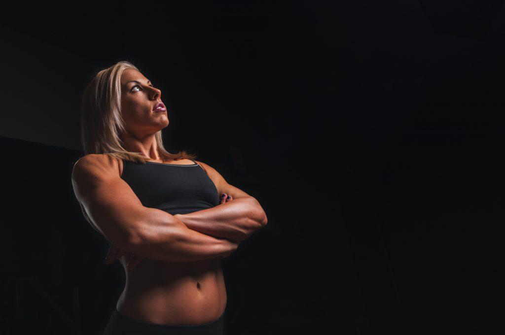腕を組む筋肉のついた女性