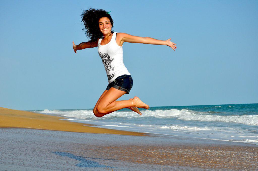 ジャンプをする女性