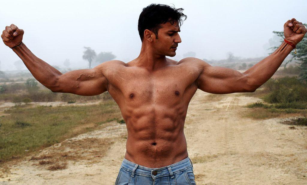 筋肉を見せている男性
