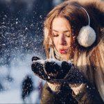 雪をすくう女性