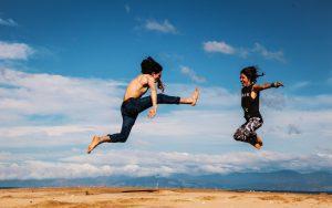 ジャンプをする2人