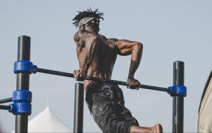 鉄棒で鍛えている男性