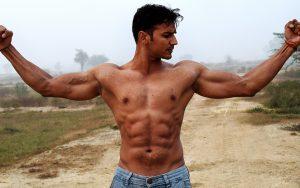 筋肉を見せる男性