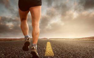 ジョギングをする男性の足