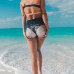 ビーチに立つ後ろ姿の女性