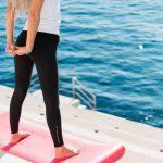 海辺で伸びをしている女性